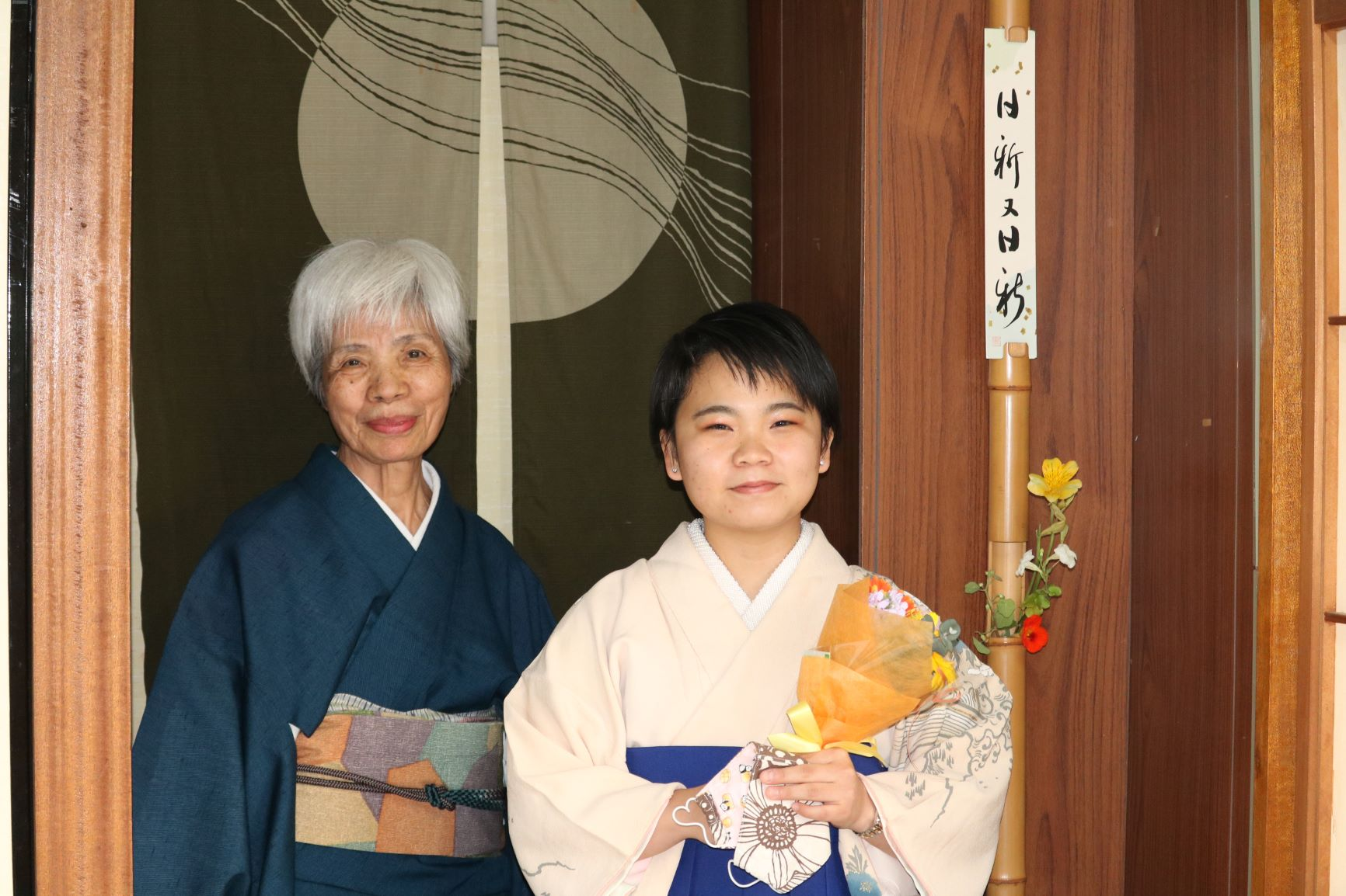 同窓生指導のもと手作りの袴で卒業式!